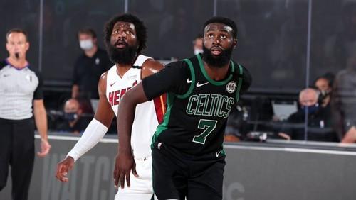 НБА. Бостон выиграл пятый матч и сократил отставание в серии с Майами