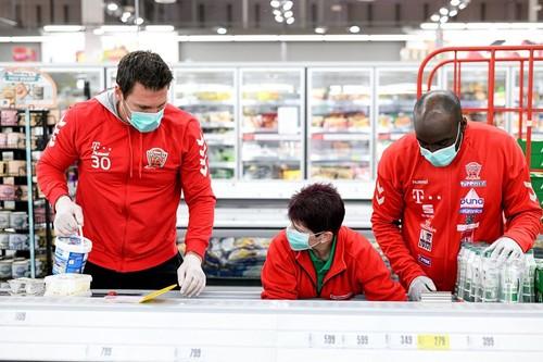 Реальная помощь. Игроки клуба Веспрем заполнили полки супермаркета
