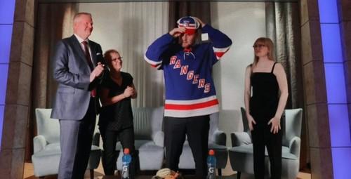 В НХЛ состоялся первый раунд драфта. Впервые в истории он прошел онлайн