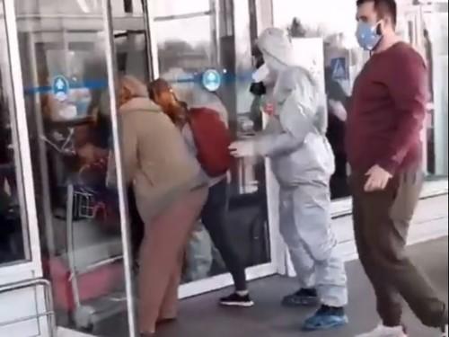 Прибывшие из Вьетнама люди прорвались, выбив дверь аэропорта в Борисполе