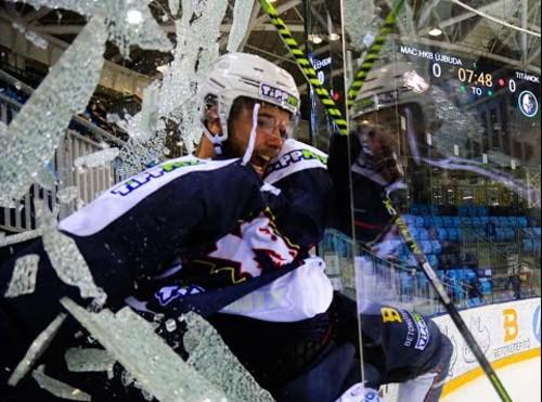 ВИДЕО. Разбил стекло, вылетел за борт! Как хоккеист бешено отпраздновал гол