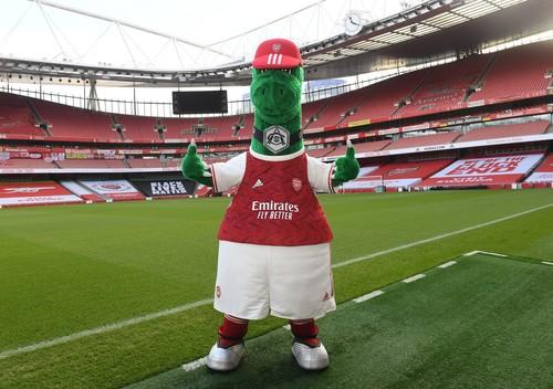 Знаменитый талисман Ганнерзавр вернулся в Арсенал