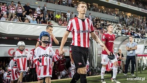 В Польше клубам рекомендуют снизить игрокам зарплаты на 50%