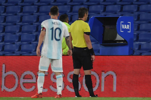 ВИДЕО. Арбитр не засчитал гол Месси за Аргентину после просмотра VAR