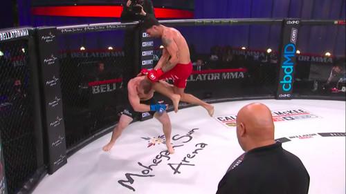ВИДЕО. Убийственный нокаут коленом в голову на Bellator 252