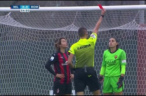 ВИДЕО. Прав ли арбитр? Необычное удаление в матче Милана и Ромы