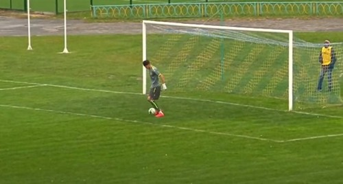 ВИДЕО. Вратарь неудачно принял мяч. Курьезный гол в Первой лиге