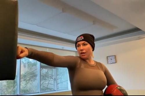 ВИДЕО. Российская экс-чемпионка мира по боксу устроила скандал в самолете