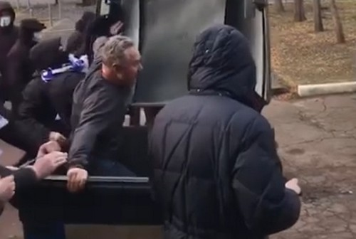 ВІДЕО. Люди з символікою Десни побили директора стадіону і кинули в бак
