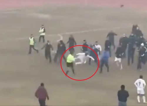 ВИДЕО. В прыжке ногой! В Узбекистане фанаты и игроки избили судью на поле