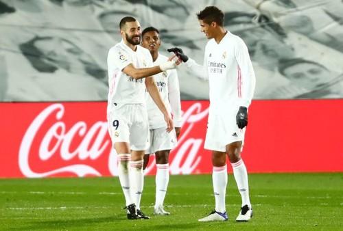 Дубль Бензема. Реал нанес поражение Атлетику и догнал лидеров Ла Лиги