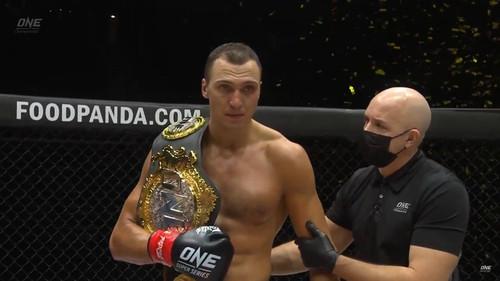 ВІДЕО. Український гігант захистив титул чемпіона ONE з кікбоксингу