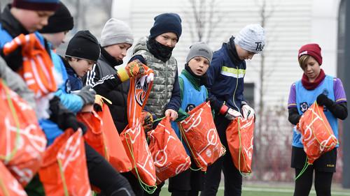 Футболисты Шахтера подарили подарки детям-переселенцам