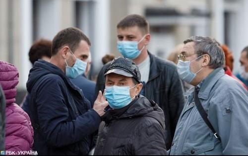 В маске и с паспортом. В Украине начали действовать новые ограничения
