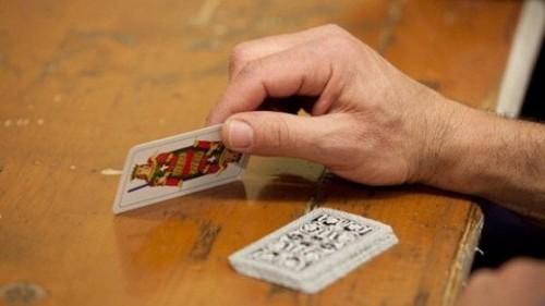 Полиция Италии накрыла группу пенсионеров, играющих в лесу в карты