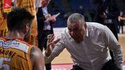 ВИДЕО. Тренер итальянского клуба схватил игрока за волосы и ударил по спине