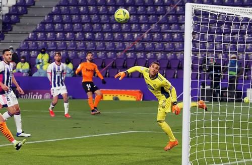 Валенсия выиграла у Вальядолида и покинула зону вылета Ла Лиги