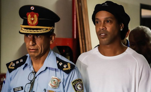 ФОТО. Роналдіньо і його брат вийшли з в'язниці через 32 дня ув'язнення