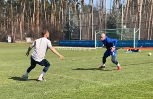 Защитник Динамо постригся налысо и тренируется на клубной базе