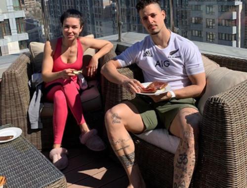 ФОТО. Легионер Динамо позавтракал с женой на крыше своего дома