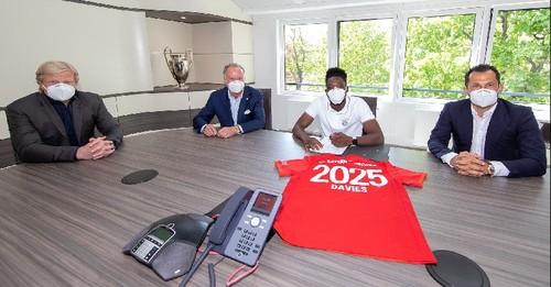 Девис в маске продлил контракт с Баварией