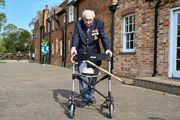 ВИДЕО. 99-летний ветеран спел гимн Ливерпуля и возглавил музыкальные чарты