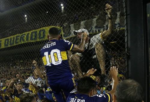 ФОТО. Тевес поцеловал Марадону в губы