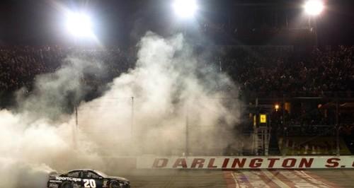 Гоночная серия NASCAR неожиданно объявила о возобновлении сезона