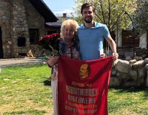 ФОТО. Футболист Карпат поздравил бабушку флагом с изображением Ленина