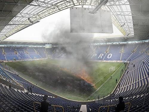 ФОТО. Пожар на стадионе. Днепр-1 решил сжечь траву на домашней арене