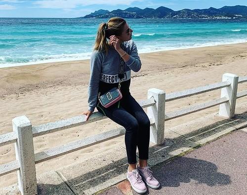 ФОТО. Завацкая в Каннах вышла на прогулку с парнем после карантина