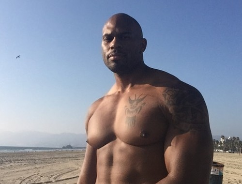 ВИДЕО. Звездный рестлер погиб, спасая своего сына на пляже в Калифорнии