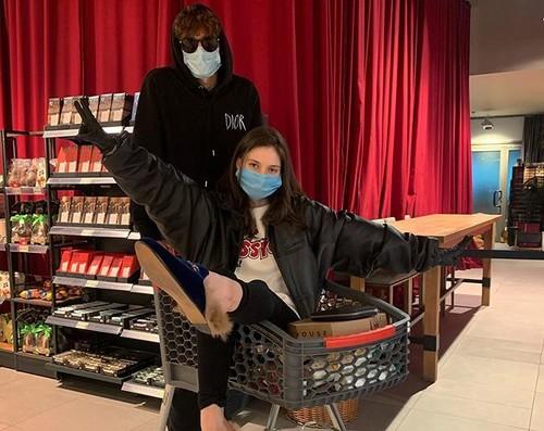 ФОТО. На візку. Дочка Суркіса відвідала супермаркет з юним гравцем Динамо