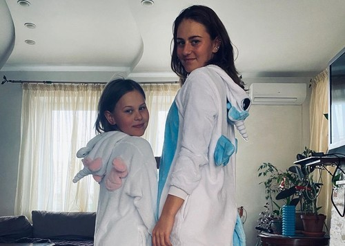 ВИДЕО. Костюк исполнила с сестрой зажигательный танец с переодеванием
