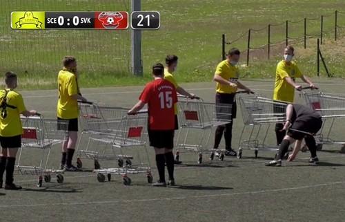 ВИДЕО. Немецкие шутники сыграли в футбол с тележками из супермаркетов