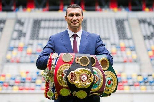Володимиру Кличку повернули чемпіонські пояси, у Карпат новий власник