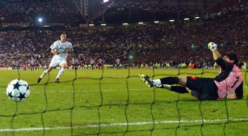 ВИДЕО. 17 лет назад Шевченко принес Милану победу в финале Лиги чемпионов