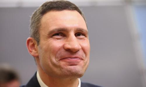 ВИДЕО. Виталий Кличко показал, какой торт ему подарили на День Киева