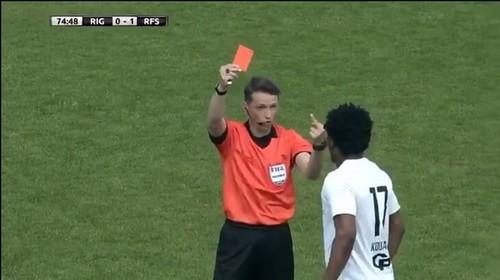 ВИДЕО. В Латвии арбитр удалил темнокожего игрока, показав ему средний палец