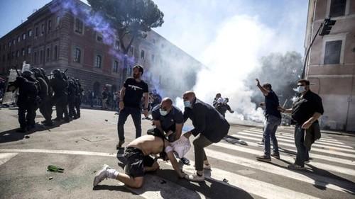 Водометы и слезоточивый газ. В Риме футбольные фанаты вышли на протест