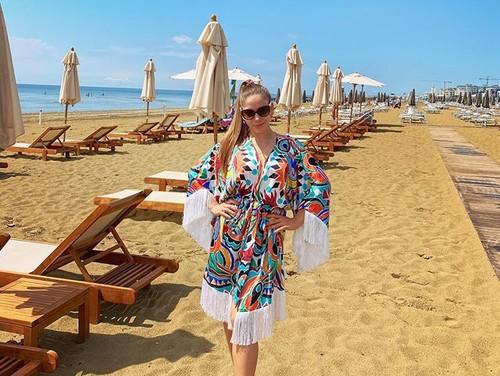 ФОТО. Моделька. Жена Малиновского наслаждается отдыхом на пляже