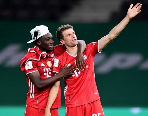 ФОТО. Мюллер использовал Кубок Германии в качестве шляпы