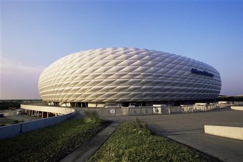 ФОТО. Стадион Бавариии засияет цветами ЛГБТ-движения