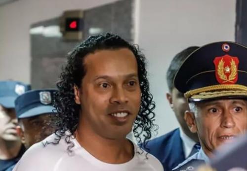 Роналдиньо останется под домашним арестом в Парагвае