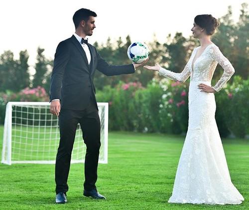 ВІДЕО. І м'яч між ними. Харатін з дружиною показали весільні фотографії