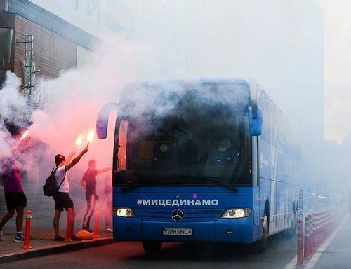 ФОТО. Фанаты Динамо файерами встретили клубный автобус под Олимпийским