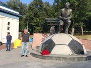 ФОТО ДНЯ. Луческу возложил цветы к памятнику Лобановскому у стадиона Динамо