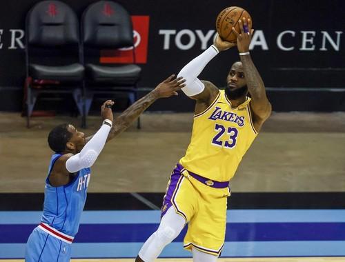 НБА. Лейкерс вновь уверенно обыграли Хьюстон, 45 очков Эмбиида