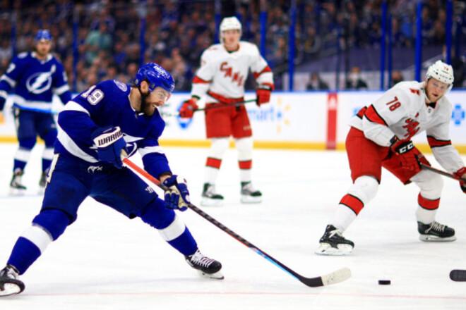 НХЛ. 10 шайб Тампы и Каролины, Айлендерс обыграли Бостон