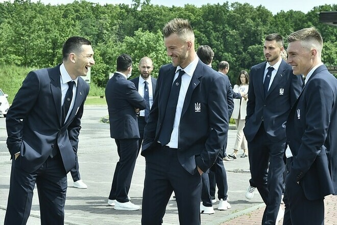 ВИДЕО. Как Шевченко помог Марлосу завязать галстук перед фотосессией